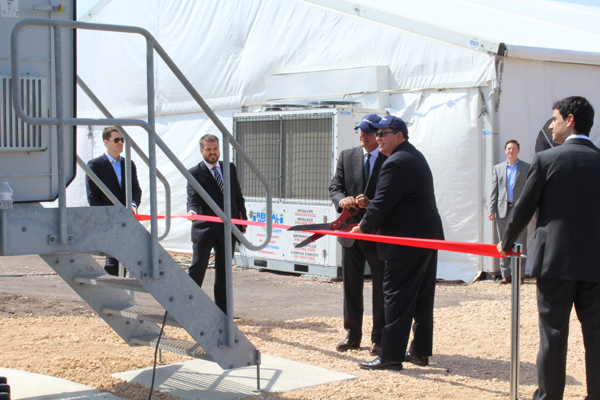 ACCIONA Chairman and CEO José Manuel Entrecanales and Secretary of State Rolando Pablos prepare to cut the ribbon to inaugurate the 93MW San Roman Wind Farm.