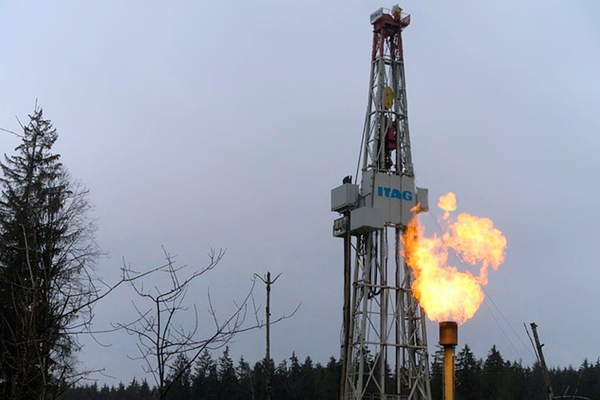 Natural gas wells are known to be sources of problematic air pollution and may be causing issues in developing fetuses. Photo: Pixabay